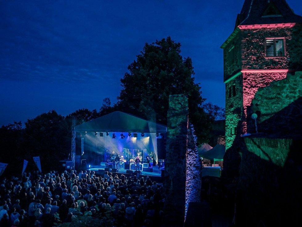 Bunter Sommer auf der Burg - FRIZZ - Das Stadt- und ...  Bunter Sommer a...
