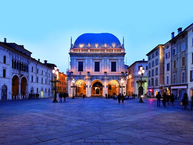 Piazza_della_Loggia_con_palazzo_Loggia_FRIZZ_darmstadt.jpg