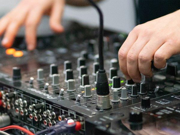 DJ beim auflegen