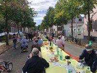 Eberstadt an einem Tisch