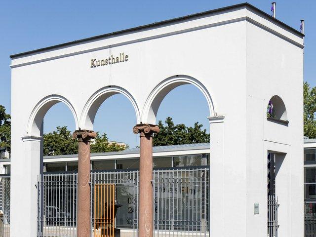 Abb. 2_Rekonstruktion des ehemaligen Rheintors am Vorplatz der Kunsthalle Darmstadt_Foto_ Nikolaus Heiss_2016.jpg