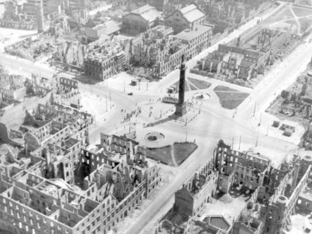 Luisenplatz nach der Brandnacht in Darmstadt